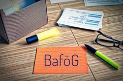 Fiches avec des thèmes légaux avec les verres, le stylo et le bambou et le mot allemand Bafög pour symboliser la loi allemande d photographie stock