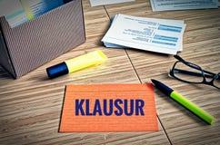 Fiches avec des thèmes légaux avec des verres, stylo et bambou et le mot allemand Klausur dans l'examen anglais image stock