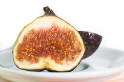 Fichi appetitosi della frutta nella forma tagliata su un piatto Immagine Stock