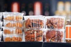 Fichi asciutti e negozio rosso di Chili In Takeaway Containers At Immagine Stock Libera da Diritti