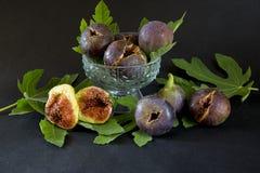 Fichi dolci maturi con le foglie verdi, frutta mediterranea del fico Fotografia Stock Libera da Diritti