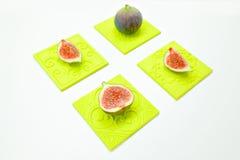 Fichi dolci maturi, frutta con la metà e quarto su fondo bianco Fotografia Stock Libera da Diritti