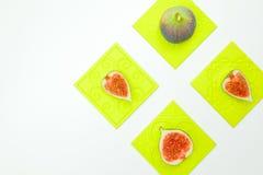 Fichi dolci maturi, frutta con la metà e quarto su fondo bianco Immagini Stock Libere da Diritti