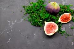 Fichi dolci maturi, frutta con la metà e quarto su fondo scuro Fotografia Stock Libera da Diritti