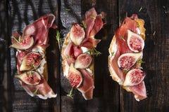 Fichi e Bruschetta di prosciutto di Parma Immagini Stock Libere da Diritti