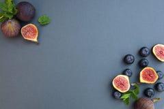 Fichi freschi con la menta ed i mirtilli Bacca di Beautifulf, fondo della frutta, struttura per progettazione con lo spazio della immagine stock
