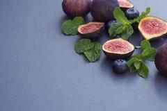 Fichi freschi con la menta ed i mirtilli Bacca di Beautifulf, fondo della frutta, struttura per progettazione con lo spazio della fotografia stock
