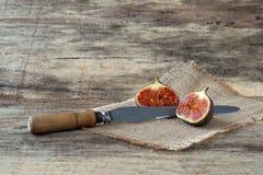 Fichi freschi del taglio con il coltello Fotografia Stock Libera da Diritti