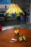 Fichi, frutta e lampade del progettista Fotografia Stock Libera da Diritti
