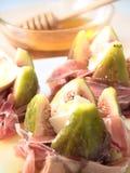 Fichi, prosciutto, formaggio e miele Fotografie Stock Libere da Diritti