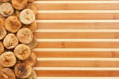 Fichi secchi che si trovano su una stuoia di bambù Fotografia Stock