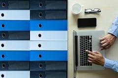 fichiers d'archives d'affaires dans un stockage de données de classement rencontrant Desi Photographie stock libre de droits