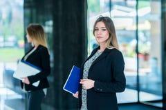 Fichiers de recopie sûrs beaux de femme d'affaires Portrait d'un h images stock