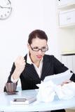 Fichiers fâchés du relevé de femme d'affaires. Image libre de droits
