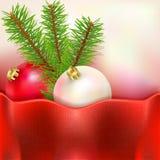 Fichtenzweige und Weihnachtsbälle Stockfotos