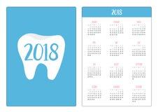 Fick- kalender 2018 år Veckan startar söndag Sund tandsymbol Muntlig tand- hygien Barntandomsorg Glänsande stjärnaeffekt Arkivbild