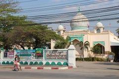 Fidèle devant La mosquée Al-Falah (Lampang - Thaïlande) Stock Foto's