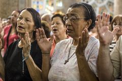 Fidèle pendant la masse catholique en l'honneur de St Jude Day photos stock