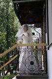 Fidanzata sul portico della casa Fotografia Stock Libera da Diritti