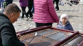 Fiddler gitano del artista de la calle, juegos en platillo-en metrajes