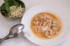 Fideos del arroz con la salsa de curry Imágenes de archivo libres de regalías