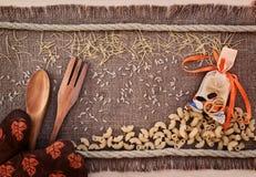 Fideos, pastas y arroz dispersados Foto de archivo