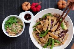 Fideos secos del arroz fritos con la verdura imagenes de archivo