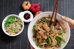 Fideos secos del arroz fritos con la verdura foto de archivo