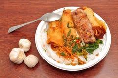 Fideos vietnamitas con cerdo asado a la parrilla imagen de archivo