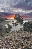 Ландшафт восхода солнца утеса смычка-fidle на побережье Шотландии на пасмурном утре стоковые фото