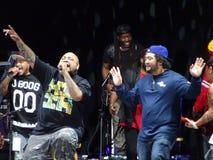 Fidschi und J-Boog singt auf Stadium nachts Stockbild