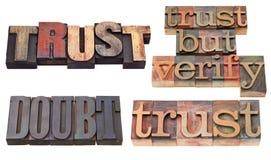 Fiducia e dubbio nel tipo dello scritto tipografico fotografie stock