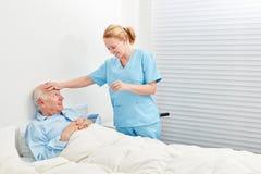 Fiebre de medición de la enfermera imagenes de archivo