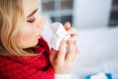 Fiebre y fr?o Retrato de la gripe cogida mujer hermosa, teniendo dolor de cabeza y temperatura alta Primer de la muchacha enferma foto de archivo