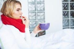 Fiebre y fr?o Retrato de la gripe cogida mujer hermosa, teniendo dolor de cabeza y temperatura alta Primer de la muchacha enferma fotografía de archivo libre de regalías