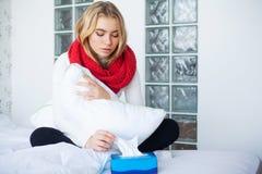 Fiebre y fr?o Retrato de la gripe cogida mujer hermosa, teniendo dolor de cabeza y temperatura alta Primer de la muchacha enferma fotografía de archivo