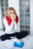 Fiebre y fr?o Retrato de la gripe cogida mujer hermosa, teniendo dolor de cabeza y temperatura alta Primer de la muchacha enferma imagen de archivo