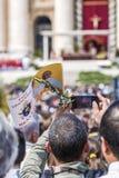 Fiel com a bandeira do papa Francis e um ramo de oliveira Fotografia de Stock Royalty Free