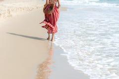 field вал Усмехаясь лето моды женщины нося идя на песочный пляж океана Счастливая женщина наслаждается и ослабляется каникулами Стоковая Фотография RF