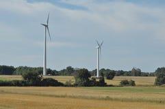 field ветрянка Продукция энергии от ветра ресурсы способные к возрождению новые виды технологии Стоковые Изображения RF