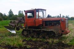 field вспахивать трактор Стоковая Фотография