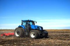 field вспахивать трактор Стоковые Фотографии RF