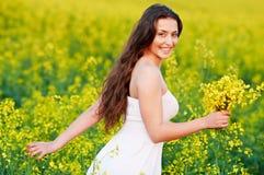field лето девушки цветков Стоковое Фото