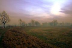 Field путь с пасмурным бурным небом на заднем плане Стоковое Фото