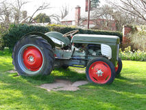 field den gröna gammala traktoren Arkivfoton