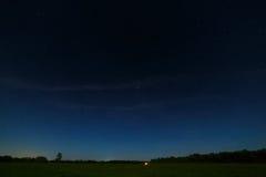 The Field en el fondo del cielo estrellado Foto de archivo