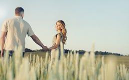 Сногсшибательные чувственные молодые пары в влюбленности представляя в лете field hol Стоковая Фотография RF