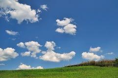 field skyen Arkivfoto