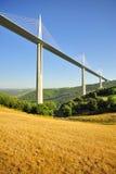 fields france millau den sydliga dalviaducten Arkivbilder