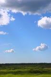 fields skyen Arkivbilder